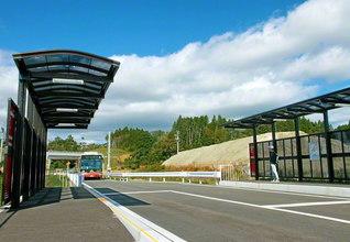 本年7月に新装された気仙沼市の松岩駅。かつては鉄道の駅だったが、現在はバス高速輸送システム「BRT」が導入されている