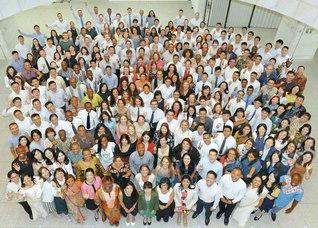 "SGI青年研修会に参加した65カ国・地域270人が記念のカメラに。""世界中の同志と共に、わが人間革命の共戦譜を!""と、地涌の使命にあふれて(東京・新宿区の創価文化センターで)"