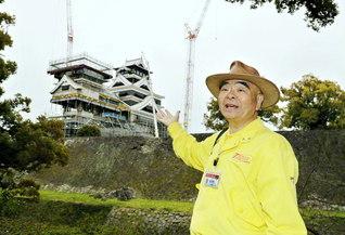 復旧工事が進む熊本城の天守閣の前で。「『3日来ないと景色が変わる』といわれます」と吉村さん(写真は全て3月25日撮影)