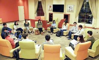 創価教育シンポジウムの前夜、準備に励む学生たち(2月)