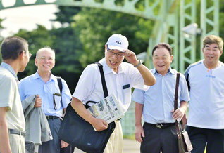 美野さん(中央)は聖教新聞を手に、きょうも友のもとへ(7月19日、長沼町内で)