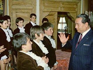 """子どもは""""未来からの使者""""――民音創立者の池田先生は、次代を担う少年少女に「友情で世界を結び、平和を築いてほしい」とメッセージを贈ってきた。""""合唱の国""""として名高いブルガリアでは、プロブディフの少年合唱団と思い出のひとときを(1981年5月)"""