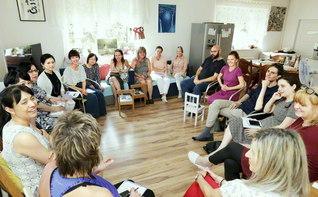師子王地区の座談会。新来者3人のほか、多くの婦人部・女子部の友が参加した(6月23日、プラハ市内で)