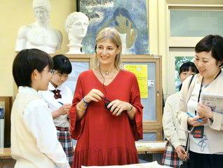 マリア・デ・ラス・メルセデス・レイターノ総長(中央)が美術部の部員と笑顔で語り合う