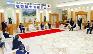 平和建設への心と心が共鳴した授与式。日亜両国の友好を願うアルゼンチンSGIの友も列席した(創大本部棟で)