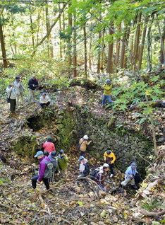 山形県上山市の竜沢風穴は、5.7×4.5×深さ2.8メートルの蚕種貯蔵風穴の跡。一部は崩れているものの、ほぼ石垣囲いの外形をとどめている。11月3日の見学会では、石垣の地温は6.5度だった