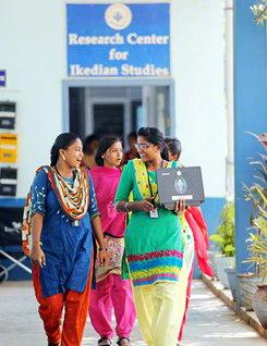 さわやかな風が吹きわたる学舎。カラフルな民族衣装を身にまとった学生たちの笑顔が、キャンパスに映える