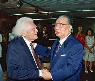 ブラジル文学アカデミーのアタイデ総裁が、リオデジャネイロの空港に到着した池田先生を歓迎。当時94歳の総裁は、「私は94年間も池田会長を待っていたのです」と(1993年2月)