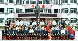 シンポジウムの参加者が記念のカメラに。廖承志氏の父であり、中国人民から敬愛されてやまない廖仲愷氏の立像が見守る(広州市内で)