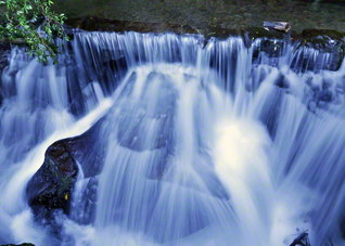 関之尾滝へと至る庄内川の流れは清らかに(宮崎県都城市)。日々の前進によって広布の水かさは増す