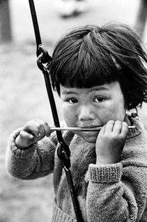 《アイスキャンデーの棒までしゃぶる》浅草公園、1951年