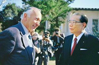 カズンズ博士と初の会談。澄み切った空のもと、心通う語らいを(1987年2月4日、アメリカ創価大学の旧ロサンゼルス・キャンパスで)