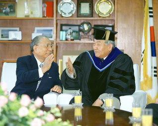 国立済州大学の総長を務めていた趙文富博士㊨と池田先生が、和やかに語り合う(1999年5月17日、同大学で)