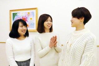 女子部の友と談笑する古木さん㊥(伊丹文化会館で)