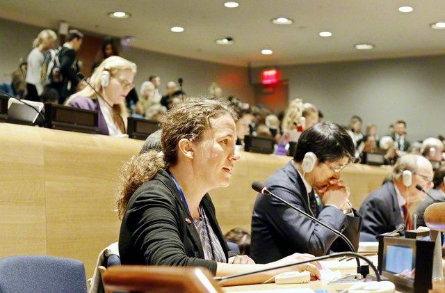 宗教コミュニティーによる共同声明を、WCC(世界教会協議会)国際問題委員会のウェルティ副委員長が読み上げた(5月1日)