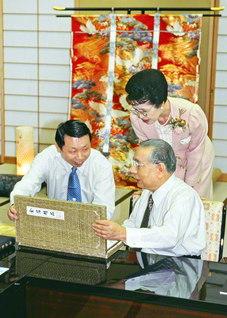 池田先生ご夫妻と和やかに語り合う孫博士。この日、先生は北京魯迅博物館の初の「名誉顧問」に就任した(2000年4月3日、八王子市の東京牧口記念会館で)