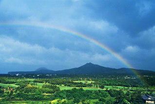 済州島に懸かった大きな虹(1999年5月19日、池田先生撮影)。滞在中に撮影したこの写真を、先生は同島の同志に贈った