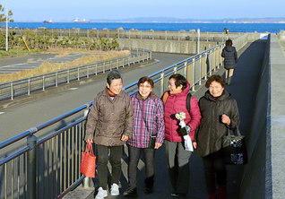 穏やかな海を望みながら、浦賀かもめ団地周辺を前田信子さん(左端)ら婦人部の同志が語らい歩く