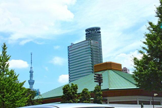 総東京創価青年大会を目前に控えた2014年(平成26年)7月12日、池田先生が会場の両国国技館をカメラに収めた。左は世界一のタワー・東京スカイツリー