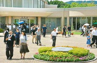 瀬戸内海を遠望する四国池田記念墓地公園。11日にも、家族連れをはじめ多くの来園者でにぎわった