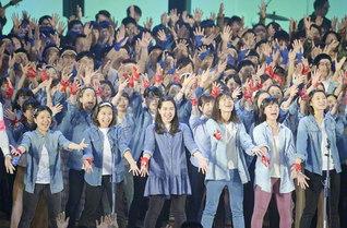 """""""誓い""""に生き抜く誇りを歌声に託して(今月4日、東京・八王子市の創価大学池田記念講堂で行われた第2総東京の創価青年大会)"""