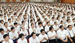 広宣流布大誓堂完成5周年の11月へ、広布拡大を約し合った首都圏の牙城会総会。最後に全員で、学会歌「紅の歌」を大合唱した(神奈川池田記念講堂で)