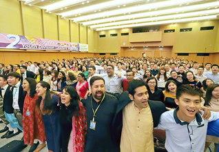 南アジア青年部幹部会のフィナーレ。8カ国の青年が肩を組み、大合唱(24日、SGIアジア文化教育センターで)