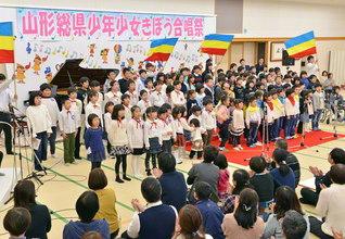 山形の未来っ子たちが、元気いっぱいに少年少女部歌「Be Brave! 獅子の心で」を合唱(昨年12月、山形文化会館で)