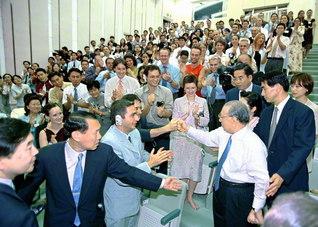「ご健康を祈ります」「お父さん、お母さんを大切にしてください」――青年の中に飛び込み、一人一人に励ましを送る池田先生(2002年9月、東京・信濃町で)