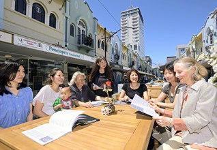 仲良く語り合うニュージーランドSGIの婦人部の友(昨年12月、クライストチャーチ市内で)