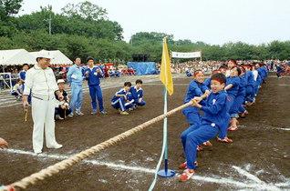 第1回小中高合同体育大会。綱引きでは、池田先生がスタートの合図を(1986年10月10日)