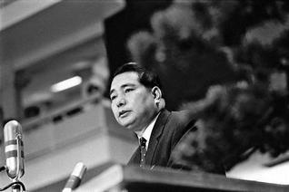 第11回学生部総会で、日中国交正常化提言を発表する池田先生(1968年9月8日、東京・日大講堂で)。友好を開いた勇気と遠見卓識に、高い歴史的評価が寄せられる