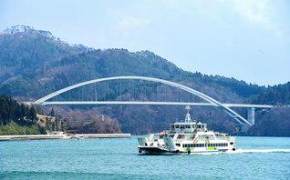 宮城県気仙沼市の離島・大島と本土を結ぶ「気仙沼大島大橋」。東日本大震災の復興事業として本年度中の完成を目指す=東北支社