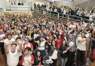 「良き市民たれ」との指針を胸に、各地で輝くSGIの友。生命力豊かに、社会の発展に尽くす姿が信頼を広げている(10月31日、アルゼンチンSGIの青年部総会)