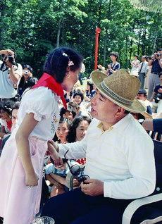 文化交歓会に出席した池田先生が、子どもたちと交流のひとときを(1981年6月23日、トロント近郊のカレドンで)