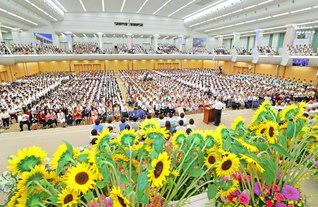 九州の天地で開催された本部幹部会。福岡、佐賀、長崎、熊本、鹿児島、大分、宮崎の同志たちは互いに支え合い、励まし合って、この日を迎えた。「先駆」の誇りを受け継ぐ青年部・未来部を先頭に、学会創立100周年の2030年へ、広布の山を力強く登りゆく(九州池田講堂で)