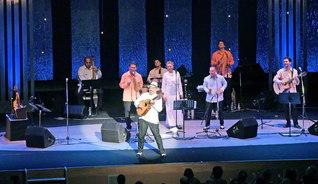 新潟で開幕した「パンチョ・アマート・バンド」の民音公演。陽気なラテン音楽が会場に響いた(新潟テルサで)