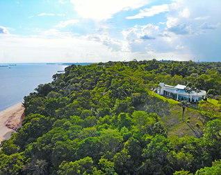 アマゾンの大自然に囲まれて、アマゾン創価研究所が立つ。この場所は大アマゾン川の起点として知られ、2010年11月、ブラジル国立歴史芸術遺産院から「国家文化遺産」に指定された