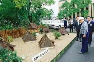 佐賀文化会館に再現された、吉野ケ里遺跡のミニチュアを池田先生が見学。佐賀の未来に万感の期待を寄せた(1990年9月24日)