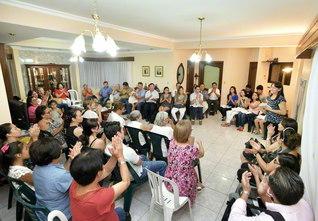 ハルディン・デ・ロト地区の座談会(昨年11月27日)では、入会半年のミゲル・アンヘル・バルガスさんが活動報告。最後に学会歌「今日も元気で」を大合唱した。地区の婦人部では、小説『新・人間革命』の勉強会も開催している